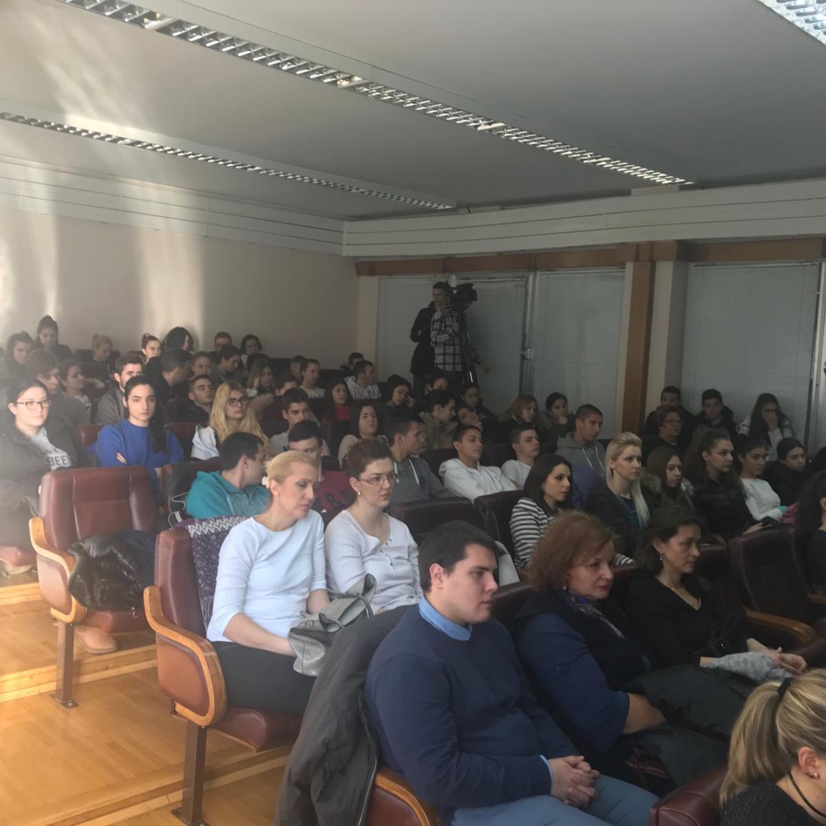 Pomoćnica ministra Snežana Klašnja na završnom predavanju za grupu vršnjačkih edukatora iz Pančeva