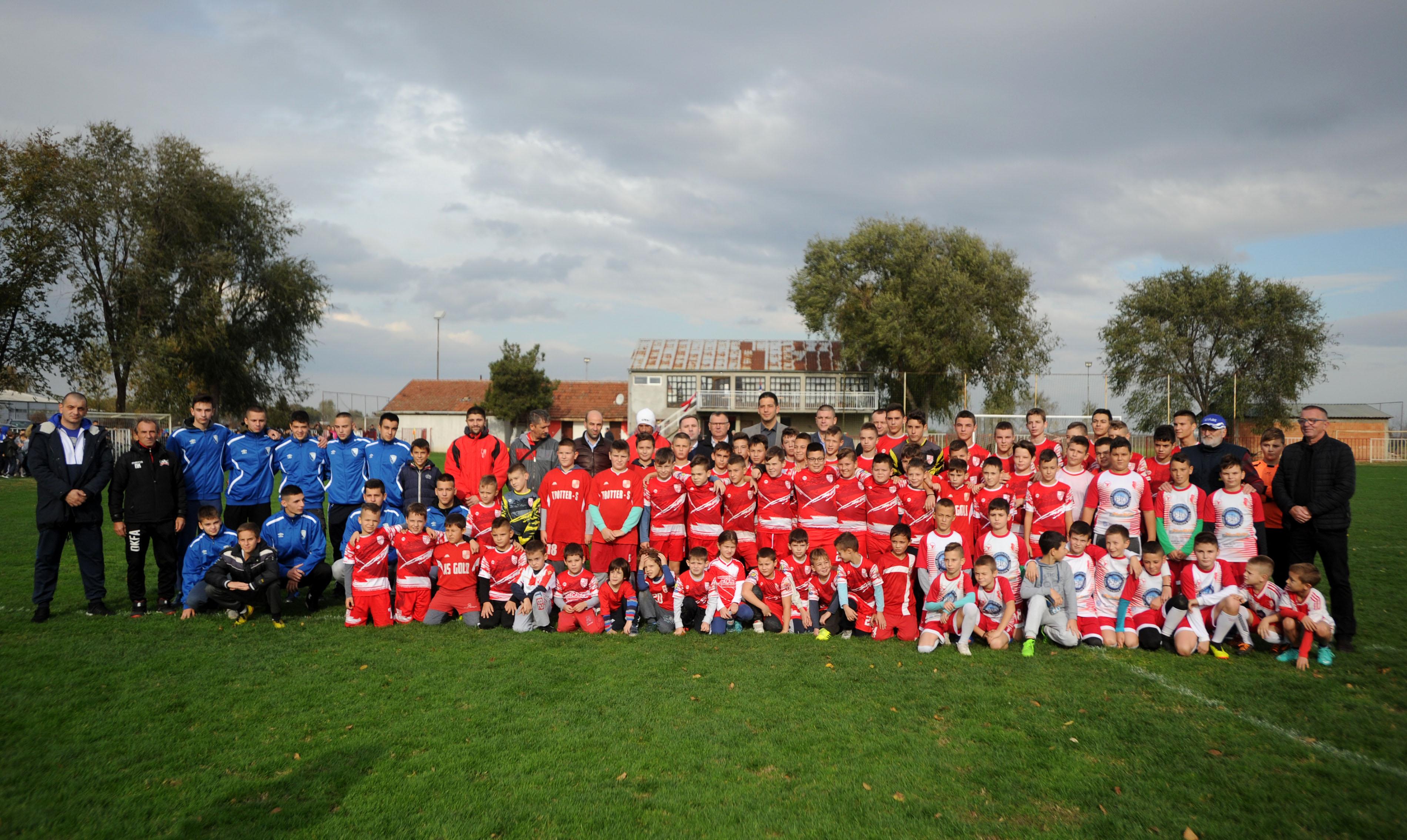 Министар Удовичић посетио општину Жабаљ, дружио се са младим спортистима и школи и клубовима уручио спортску опрему
