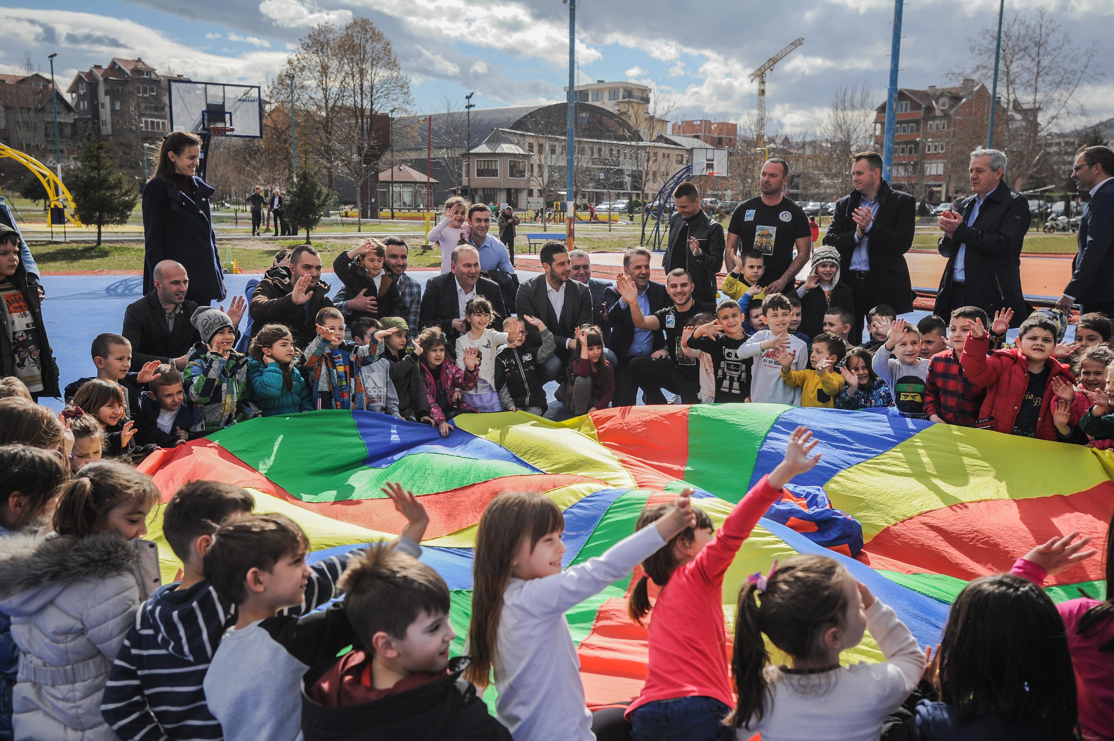 Ministar Udovičić posetio Novi Pazar i  budućim dizajnerima tekstila i kože uručio komplete sportske opreme
