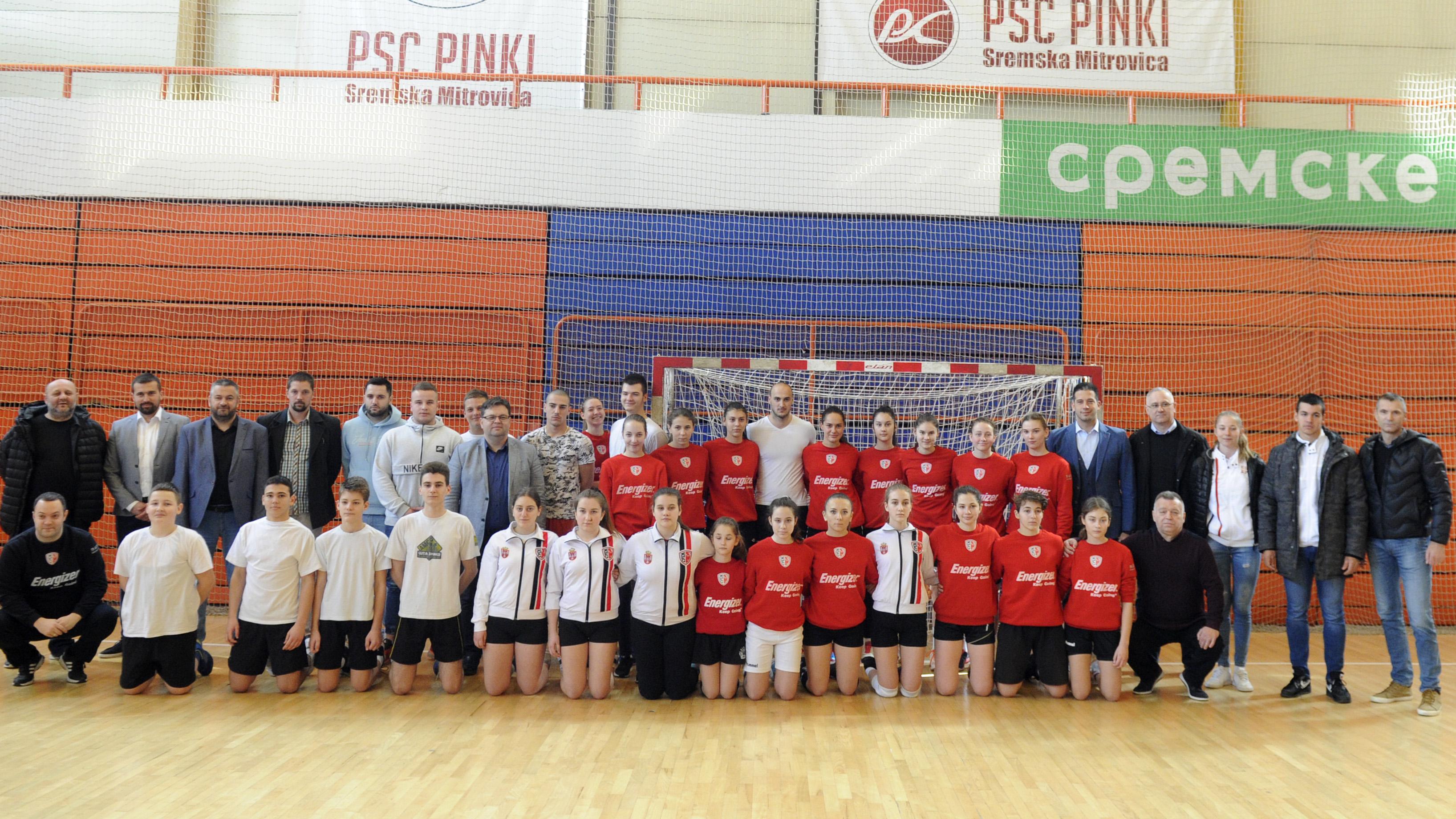 Ministar Udovičić se družio sa učenicima i mladim sportistima u Sremskoj Mitrovici i obradovao ih sportskom opremom i rekvizitima