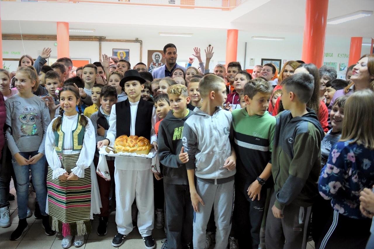 Министар Удовичић уручио комплете спортске опреме школама и клубовима у општинама Темерин и Беочин