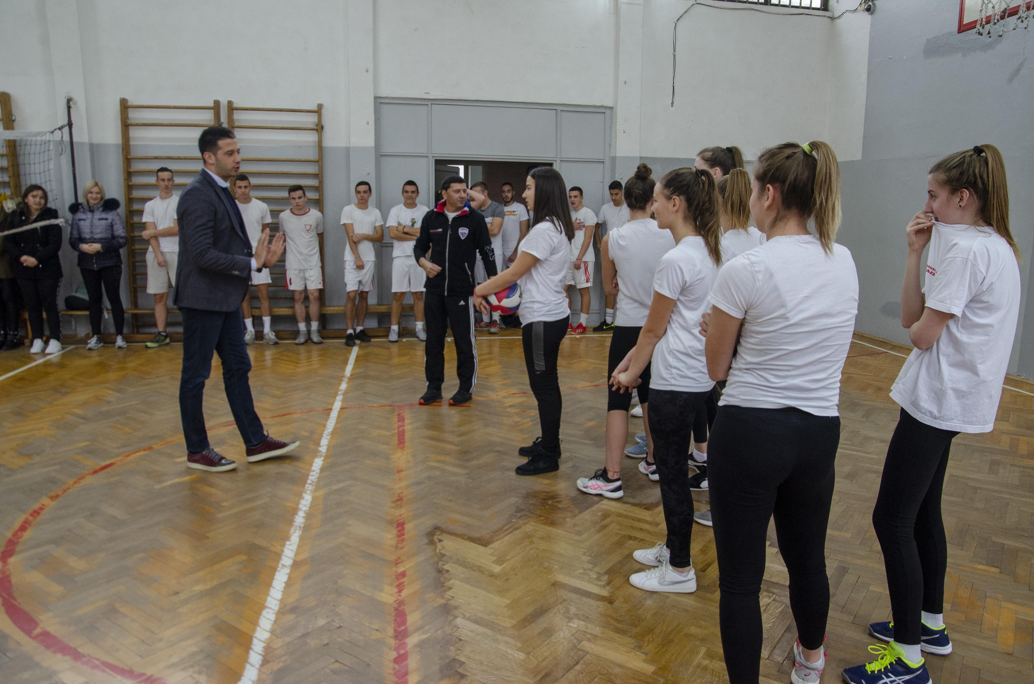 Министар Удовичић посетио општину Уб, дружио се са ђацима и уручио им спортску опрему и реквизите