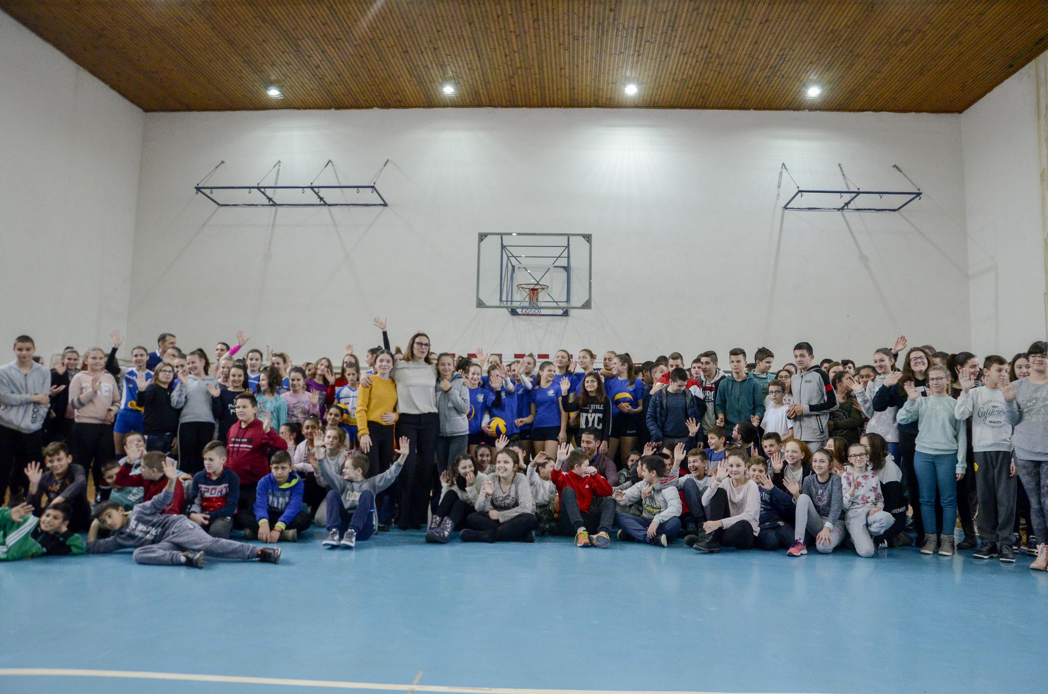 Министар Удовичић посетио општине Кикинда и Нова Црња, дружио се са основцима и спортистима и уручио им спортску опрему