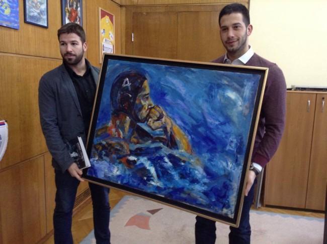 Млади сликар поклонио Удовичићу портрет као успомену на ватерполо каријеру